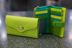 In saftigem Grün: Portemonnaies Lemon Green und Green, beide vom Moon-Shop. (Bild: Mareycke Frehner)