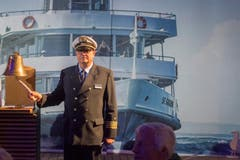 Der Kapitän lässt die Schiffsglocke läuten. (Bild: Benjamin Manser)