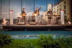Die Rorschacher Band Panda Lux spielt auf der «Seebühne» der Olma-Halle mit dem Kornhaus, dem Hafen-Wahrzeichen, im Hintergrund. (Bild: Benjamin Manser)