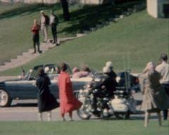 Sekunden nachdem Schüsse John F. Kennedy getroffen haben kümmert sich die First Lady um ihren verletzten Mann. (Bild: Keystone)