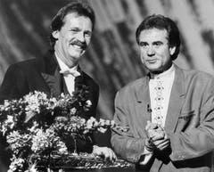 Blumen von Kurt Felix für Bandleader Pepe Lienhard im Rahmen der Sendung «Supertreffer» im Juni 1989. (Bild: Keystone)