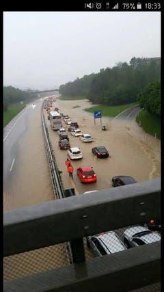 Die überflutete Autobahneinfahrt. (Bild: Colin Fischer/Leserbild)