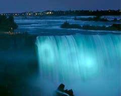 Es ist ein Knabe: die Niagara-Fälle in Kanada leuchten blau. (Bild: Keystone)