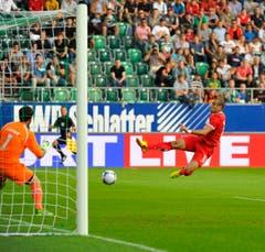 Moskaus Yura Movsiyan schiesst das Tor zum 0:1 gegen St.Gallens Torhüter Daniel Lopar. (Bild: Urs Bucher)