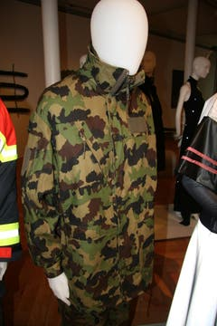 Tarnanzug und Kälteschutzjacke der Schweizer Armee, Baumwolle, Polyester, gewebt. (Quelle: Textilmuseum) (Bild: Johannes Wey)