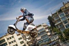 Freestyle geht auch auf der Vespa: Der italienische Motocrossfahrer Vito Campobasso zeigt einen seiner Sprünge in Rome's Stadio Flaminio. (Bild: Keystone)