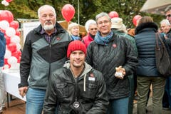 Marcel Hug mit seinen Eltern an der Brotworscht-Verteilete an der Olma. (Bild: Mareycke Frehner)