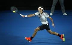 epa05758557 Roger Federer of Switzerland returns to Rafael Nadal of Spain in their Men's Singles Final match at the Australian Open Grand Slam tennis tournament in Melbourne, Victoria, Australia, 29 January 2017. EPA/LYNN BO BO (Bild: Keystone)