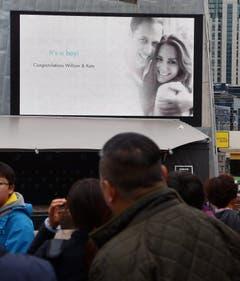 In Melbourne steht ein Grossbildschirm mit der Gratulation an die frischgebackenen Eltern Kate und William. (Bild: Keystone)