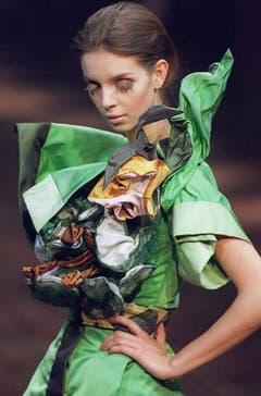 Ein Kreation aus der Frühling-/Sommerkollektion 2002. (Bild: Keystone)