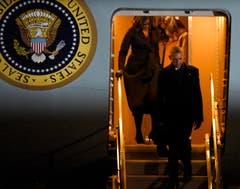 Die Familie Obama verlässt ein letztes Mal die Air Force One. (Bild: Paul Beaty / AP)