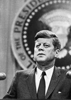 Nur 34 Monate war der 35. Präsident der Vereinigten Staaten von Amerika im Amt: John F. Kennedy (1917 - 1963) wurde am 22. November 1963 Opfer eines Attentats. Der Demokrat musste sich mit dem beginnenden militärischen Engagement in Vietnam befassen, und unterstützte innenpolitisch die Bürgerrechtsbewegung zur Aufhebung der Rassentrennung. (Bild: Keystone)