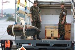 Militärs überwachen den Transport. (Bild: Rudolf Hirtl)