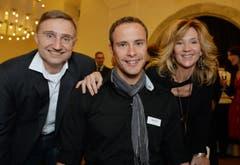 Goldjunge Marcel Hug umrahmt von Christian und Tina Weber. (Bild: Reto Martin)