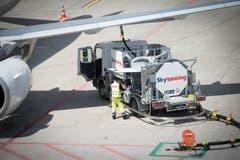 Mitarbeiter betanken ein Flugzeug. (Bild: Ralph Ribi)