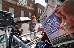 Ein Kameramann liest die Zeitung. (Bild: Keystone)