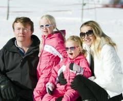 Am 19. Februar 2011 posiert Prinz Johan Friso zusammen mit Gattin Mabel und den Töchtern Zaria (2. von rechts) und Luana während den Skiferien in Lech am Arlberg für die Fotografen. (Bild: Keystone)