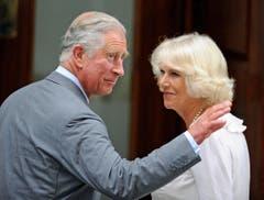 Stolze Grosseltern I: Charles und Camilla besuchen ihren Enkel im Spital. (Bild: Keystone)