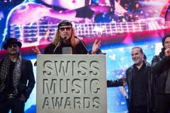 Chris von Rohr von der Band Krokus bedankt sich für die Auszeichnung. (Bild: Keystone)