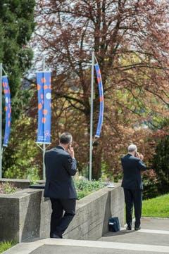 Wichtige Anrufe am St.Gallen Symposium. (Bild: Urs Bucher)