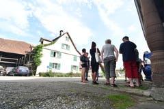 Mehr als ein Dutzend Leute versammeln sich am Nachmittag vor dem Hof von Bauer K. (Bild: Manuel Nagel)
