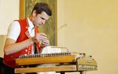 Nicolas Senn gibt eine musikalische Einlage. (Bild: Reto Martin)