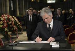 Österreichs Bundeskanzler Werner Faymann trägt sich in Wien ins Kondolenzbuch ein. (Bild: Keystone)
