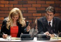 """Moderatorin Sonya Kraus und Udo Jürgens sitzen im Januar 2004 am Spendentelefon während der Spendengala von ZDF und """"Bild""""-Zeitung für die Akton """"Ein Herz für Kinder"""". (Bild: Keystone)"""