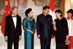 Treffen zum Gala-Dinner ein: Doris Leuthards Mann Roland Hausin, Xi's Ehefrau Peng Liyuan, Chinas Staatspräsident Xi Jinping und Bundespräsidentin Doris Leuthard.... (Bild: Keystone)