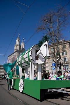 Die St.Galler nehmen Zürich ein: Das trojanische Pferd wird durch die Zürcher Strassen gezogen. (Bild: Urs Jaudas)