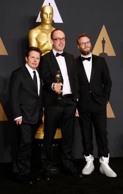 Wie erwartet überzeugte das Kriegsdrama «Hacksaw Ridge» die Jury: John Gilbert (Mitte) mit dem Oscar für den Besten Schnitt und den Moderatoren Michael J. Fox (links) und Seth Rogan (rechts). (Bild: Paul Buck/Keystone)