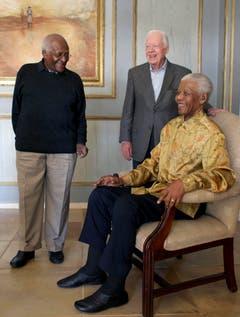 """Nelson Mandela (r.), Bischof Desmond Tutu (l.) und der frühere US-Präsident Jimmy Carter, Gründer der Gruppe """"The Elders"""", die sich zusammen mit anderen Politikern und Meinungsmachern für Frieden und Menschenrechte einsetzen. (Bild: Keystone)"""