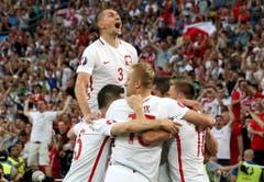Die Polen jubeln nach dem 1:0 Goal in der ersten Halbzeit. (Bild: Keystone)
