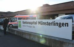 Ein Kameramann fotografiert den Eingangsbereich des Kantonsspitals Münsterlingen, wo Udo Jürgens am Sonntagnachmittag starb. (Bild: Keystone)