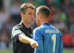 Diego Benaglio im Zwiegespräch mit dem deutschen Bundesliga-Schiedsrichter Knut Kircher. (Bild: Keystone)