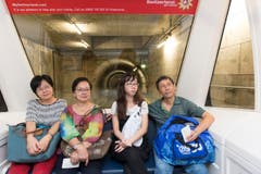 Passagiere im Skytrain werden zum Dock E gefahren. (Bild: Ralph Ribi)
