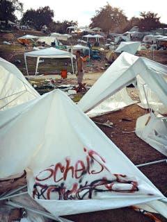 Viele Zelte wurden einfach auf dem Areal zurückgelassen. (Bild: Leserbild)