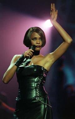 Immer wieder kehrt Whitney Houston trotz Ehe- und Drogenproblemem auf die Bühne zurück, hier bei den Brit Awards in London 1999. (Bild: Keystone)