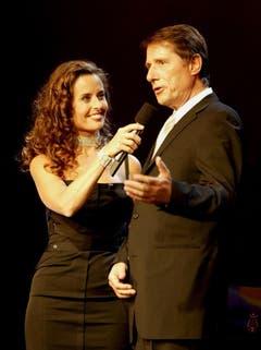 Udo Jürgens, zusammen mit Moderatorin Sandra Studer, am 20. September 2003, bei der 50-Jahr-Feier des Schweizer Fernsehens. (Bild: Keystone)