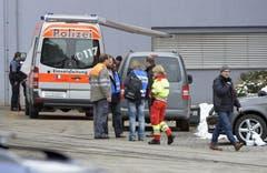 Die Polizei ist mit einem Grossaufgebot vor Ort im Einsatz. (Bild: Keystone)