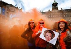 Die drei Frauen feiern mit einem Bild von Prinzessin Beatrix. (Bild: Keystone)