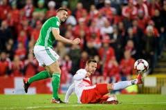 Nordirlands Verteidiger Gareth McAuley, links, im Kampf um den Ball. (Bild: Laurent Gilliéron / Keystone)