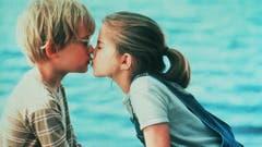 """Macaulay Culkin als Thomas und Anna Chlumsky als Vada erleben die erste Liebe in dem Film """"My Girl"""" (1991). Ein zuckersüsser erster Kuss. (Bild: Keystone)"""