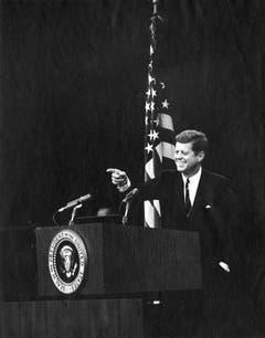 Strahlender Kennedy während einer Pressekonferenz am 20. November 1962. (Bild: Keystone)
