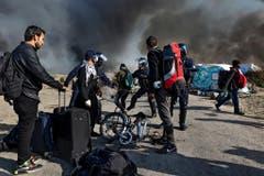 """Fotograf Zalmai - selber ehemaliger Flüchtling - hat die Räumung des «Dschungel von Calais», einem riesigen, illegalen Flüchtlingslager in Frankreich fotografiert. Statt nach Grossbritannien weiterzureisen, werden Tausende Flüchtlinge auf Asylzentren in ganz Frankreich verteilt. Die Reportage des gebürtigen Kabulers gewinnt den 1. Preis in der Kategorie """"Ausland"""". (Bild: Swiss Press Photo/Zalmai Ahad)"""