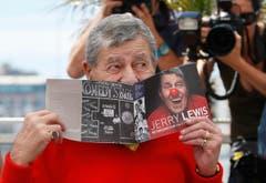 Jerry Lewis geniesst einen Auftritt vor Medienleuten an den Filmfestspielen in Cannes 2013 (Bild: Keystone)