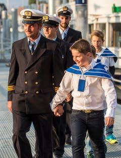 Personal der Bodensee Schifffahrt, von Kindern begleitet. (Bild: Reto Martin)