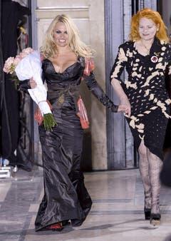 Pamela Anderson und Vivienne Westwood. (Bild: Keystone)