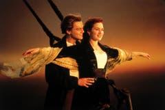 """Was haben wir mitgezittert als Rose (Kate Winslet) auf einer Holztür im kalten Meer trieb und die Hand ihres Geliebten Jack (Leonardo DiCaprio) hielt. Die romantischen Szenen und Küsse waren es aber, die sich vom Film """"Titanic"""" aus dem Jahr 1998 in unsere Herzen brannten. (Bild: Keystone)"""