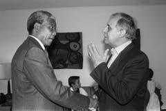 Jean Ziegler (r.) begrüsst Nelson Mandela in Genf (1990). (Bild: Keystone)